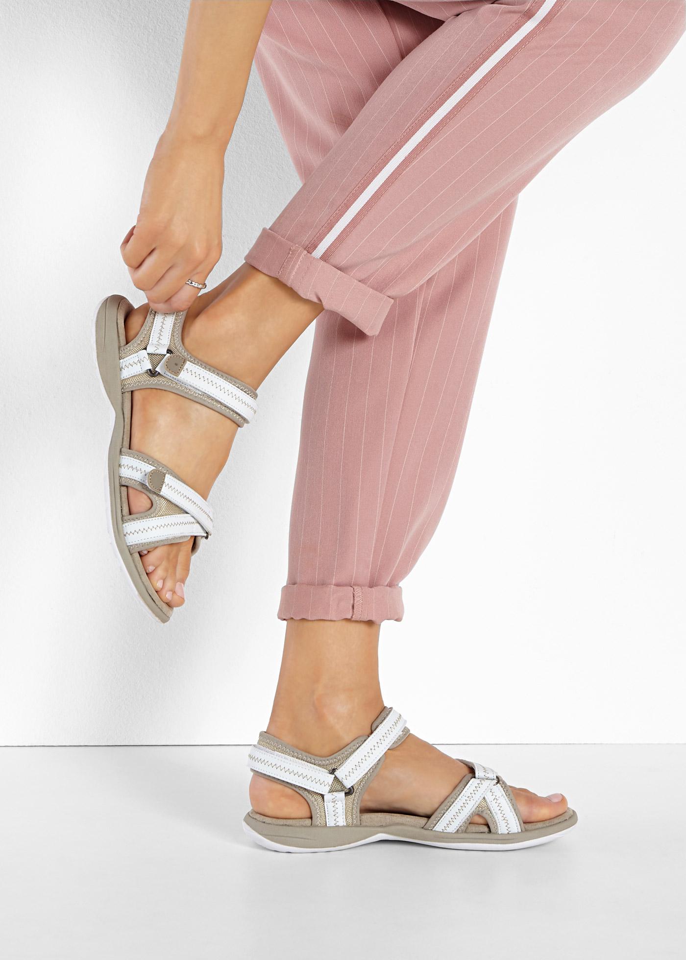 Sandalen met een geprofileerde loopzool, zacht gewatteerde bandjes en handige, verstelbare ...